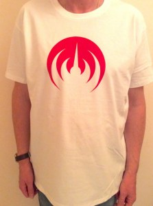WHITE T-SHIRT/RED LOGO